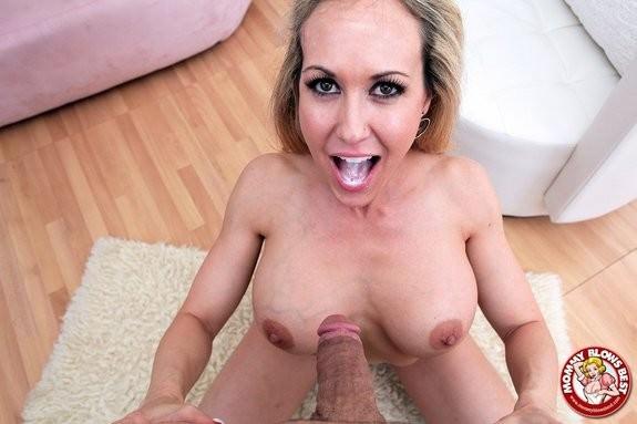 Brunette sindy gets on the floor
