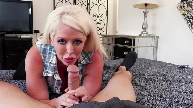 mature blonde pussy likes to finger
